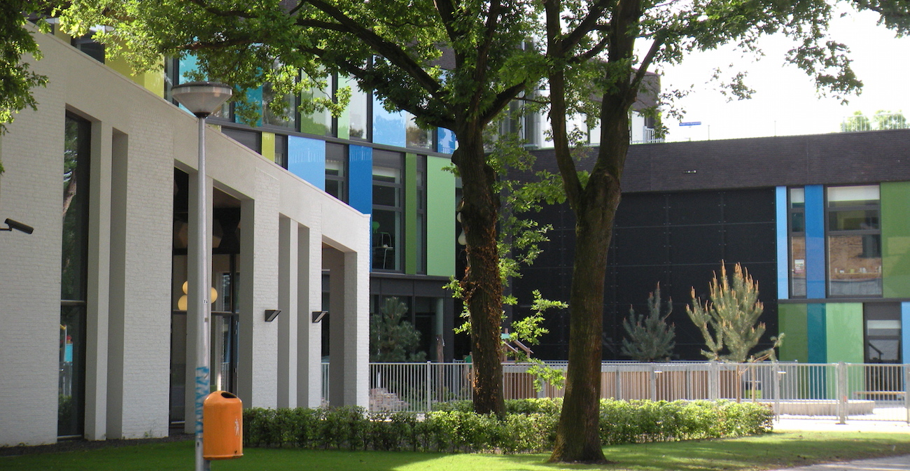 wijkaccommodatie_kruispunt_ tilburg_h02 gevels, fragment met boom